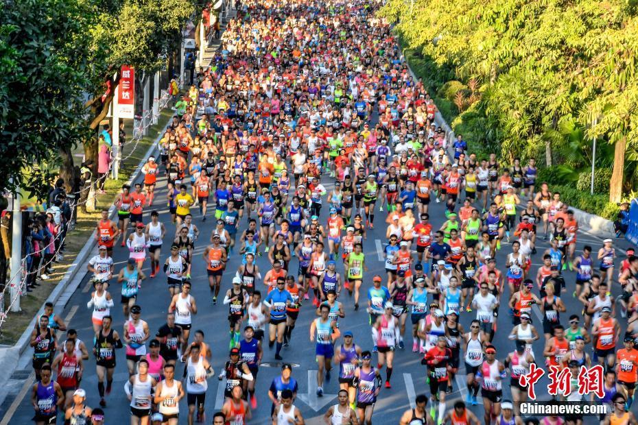资料图:广州马拉松赛在广州天河体育中心鸣枪开跑,30000名中外跑者参赛。<a target='_blank' href='http://www.chinanews.com/'>中新社</a>记者 陈骥旻 摄