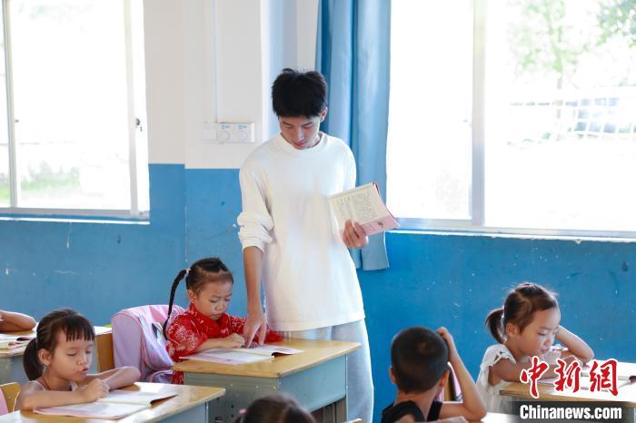 图为赖家益指导学生。 王伟臣 摄