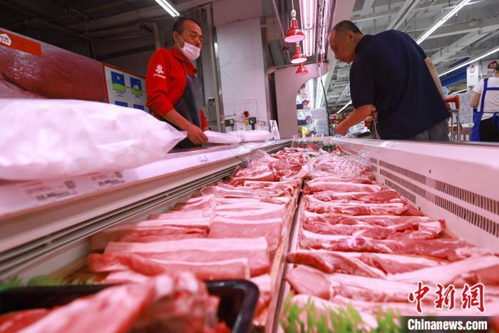 消费者在选购猪肉。 <a target='_blank' href='http://www.chinanews.com/'>中新社</a>记者 张云 摄