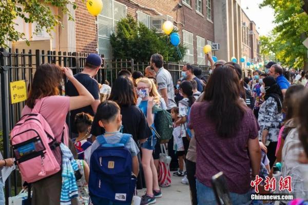 当地时间9月13日,美国纽约市公立学校开学,皇后区一所公立学校门前学生排队进入学校。开学后,纽约市公立学校不再提供线上课程。<a target='_blank' href='http://www.chinanews.com/'>中新社</a>记者 廖攀 摄