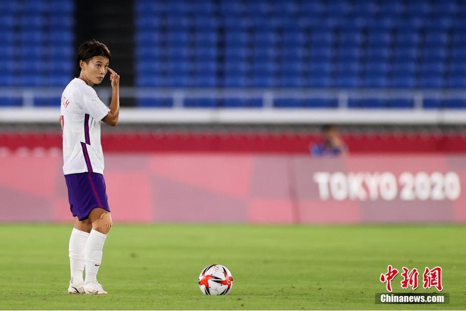 资料图:7月27日晚,在东京奥运会女足小组赛最后一轮中,中国队以2:8负于荷兰队。图为王霜在比赛中。图片来源:视觉中国