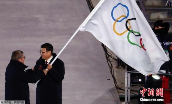 2018平昌冬奥会闭幕式,冬奥会会旗交接仪式。