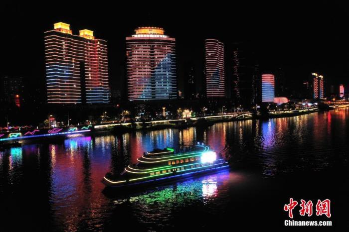 资料图:9月11日晚,湖北襄阳汉江夜游恢复通航,游客纷纷登上游轮,尽览汉江两岸夜景。 杨东 摄