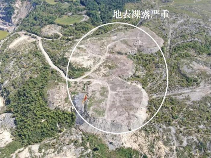 2021年9月4日,督察组使用无人机拍摄,乌拉嘎金矿排土场种树2万棵、不足计划20%,平整场地7公顷、不足总面积7%,地表裸露严重
