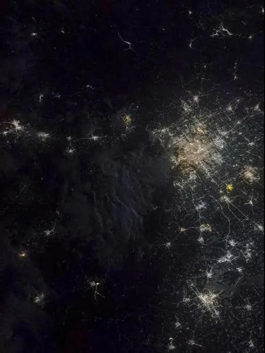 2021年8月24日晚上9点29分,北京上空。航天员聂海胜 摄 图片来源:载人航天办