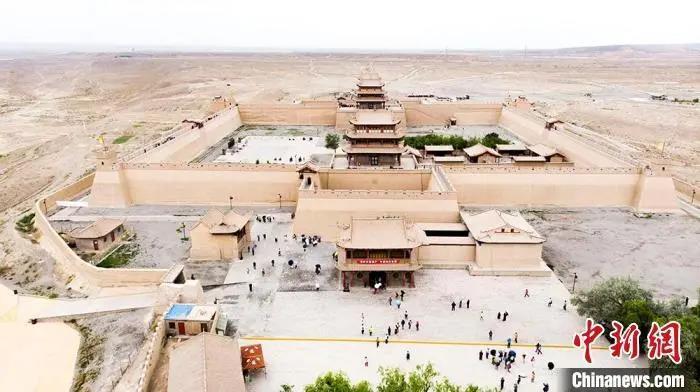 资料图:7月中旬,世界文化遗产——嘉峪关,它是中国明代万里长城的西端起点。高展 摄