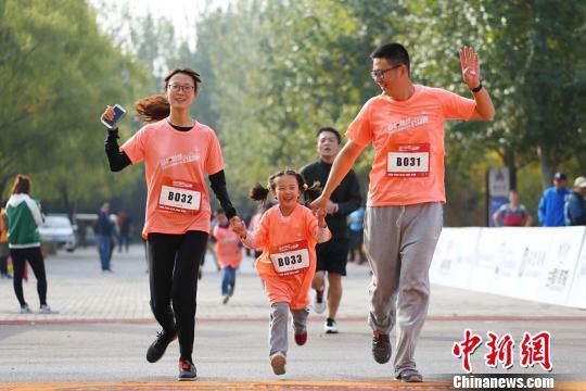 资料图:爱心家庭参加5公里挑战。 钟欣 摄