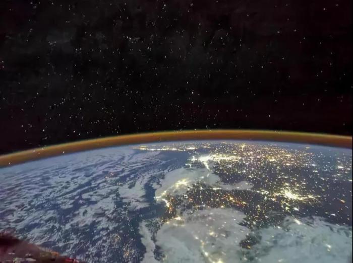 资料图:2021年7月30日,航天员汤洪波拍摄到了北非大陆上万家灯火的盛景。航天员汤洪波 摄 图片来源:载人航天办