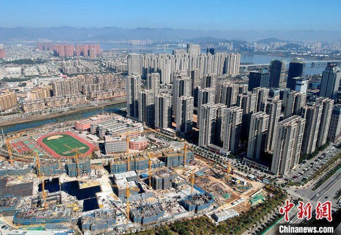 资料图为航拍福州市闽江畔一处新建住宅。 中新社记者 吕明 摄