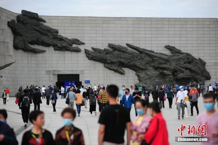 """资料图:民众参观沈阳""""九一八""""历史博物馆。 中新社记者 于海洋 摄"""