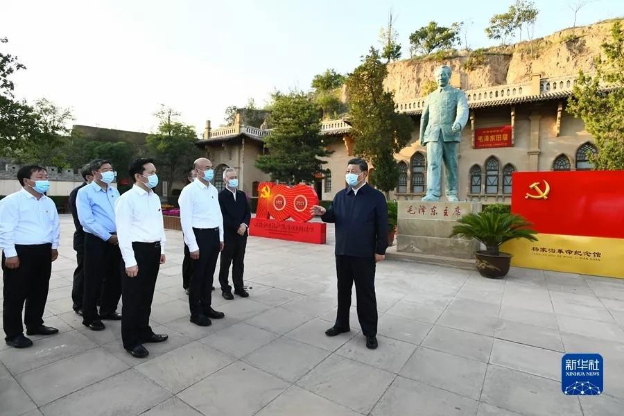 2021年9月13日至14日,中共中央总书记、国家主席、中央军委主席习近平在陕西省榆林市考察。这是13日下午,习近平在米脂县杨家沟革命旧址考察。新华社记者 谢环驰/摄