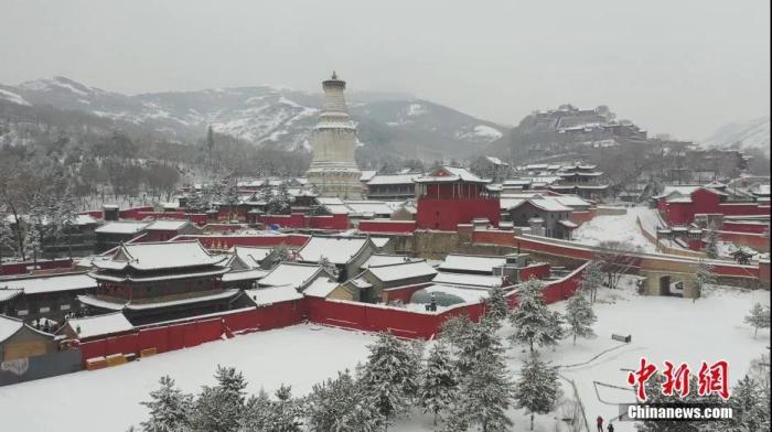 资料图:雪后的佛教圣地五台山,红墙、灰瓦、白雪、青松交相辉映,显得格外圣洁、静谧。刘永平 摄