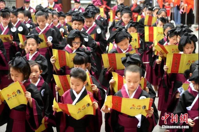 资料图:福州一地学生举行传统儒家拜师入泮仪式。中新社记者 吕明 摄