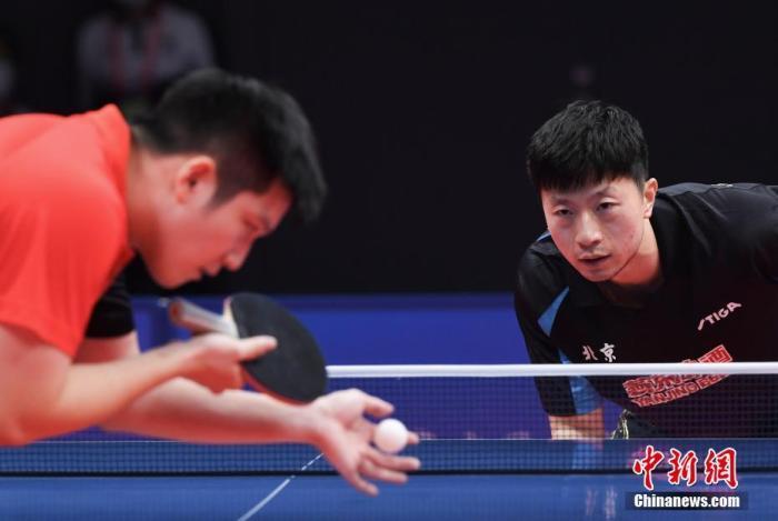 9月21日,在陕西延安举行的第十四届全运会乒乓球项目男子团体决赛中,广东队以3:1战胜北京队,夺得本赛事冠军。图为樊振东(左)和马龙(右)在比赛中。 <a target='_blank' href='http://www.chinanews.com/'>中新社</a>记者 王刚 摄
