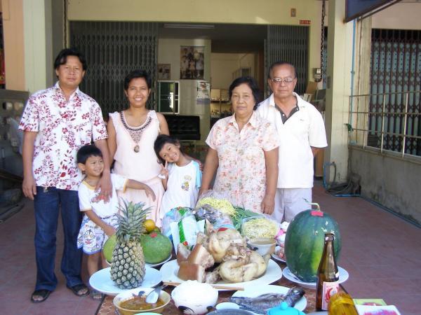 羅秀英幼時(右4)與家人們春節拜祖先