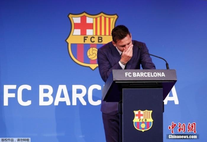 北京时间8月8日,梅西在西班牙巴塞罗那诺坎普体育场举行发布会,现场说明了关于自己离开巴萨的相关问题。发布会现场,梅西情绪激动,几度哽咽落泪。图为梅西掩面落泪。