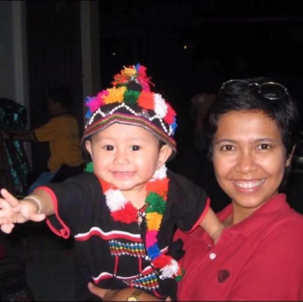 羅秀英幼時(左)和媽媽(右)