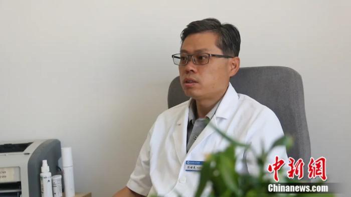 图为青海省人民医院颌面外科主任医师,青海省整形美容协会会长刘世杰回答记者疑问。祁妙 摄