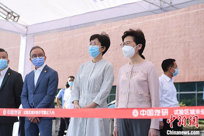 9月25日,林郑月娥(前右一)一行参观考察中国汽车工程研究院。 <a target='_blank' href='http://www.chinanews.com/'>中新社</a>记者 陈超 摄