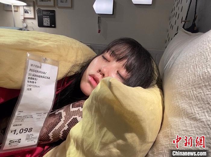 邹雅琦在带着标签的床上休息。受访者供图