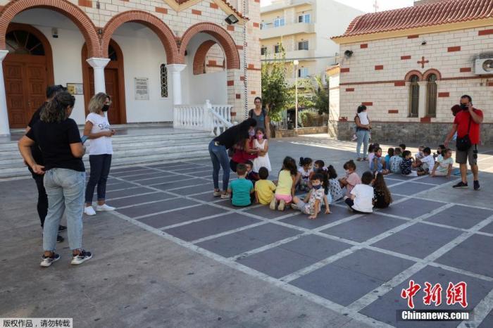 9月27日,希腊克里特伊拉克利翁,地震发生后,学生和老师站在广场上。