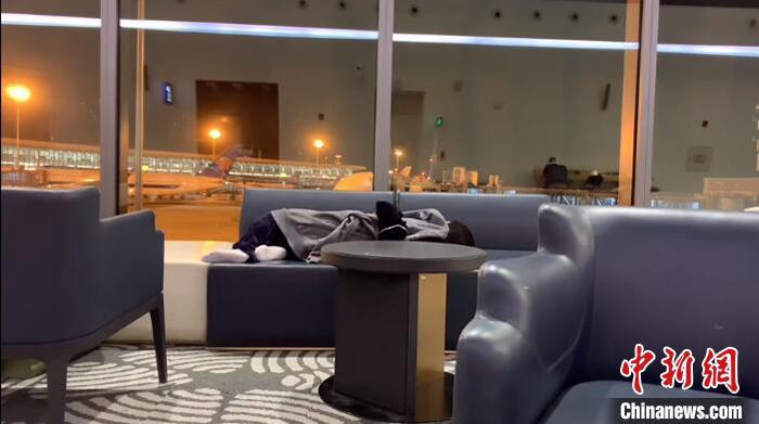 邹雅琦在机场沙发上睡觉。受访者供图