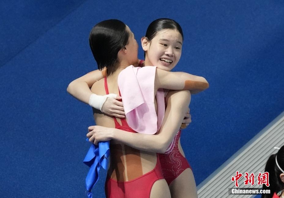 资料图:7月27日,中国跳水小将陈芋汐和张家齐,以363.78分成功夺得东京奥运会女子双人10米跳台冠军。图为比赛结束时陈芋汐和张家齐庆祝夺金。图片来源:视觉中国