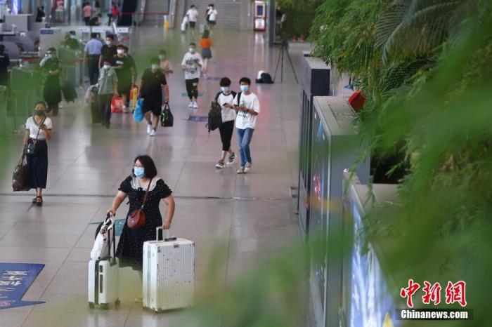资料图:南京火车站出行的民众。 泱波 摄
