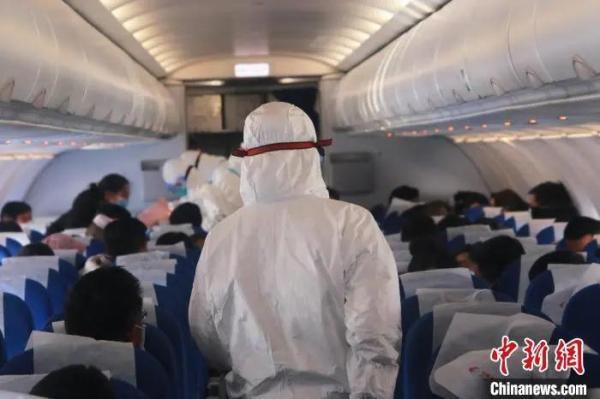 资料图:医护人员一起登上飞机进行检测。李泽中 摄