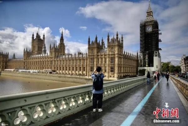 资料图:当地时间2021年9月10日,英国伦敦,著名地标大本钟的修复工作接近完成。