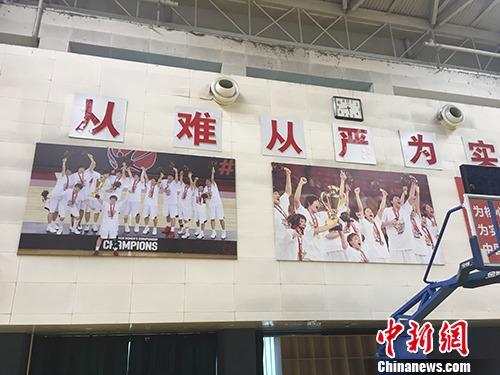 中国女篮训练馆墙上张贴日本队夺冠照片。汤琪 摄