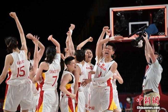 7月30日晚,东京奥运会女篮小组赛继续进行,首场取胜的中国女篮迎战澳大利亚。经过四节激烈较量,中国队76:74险胜,取得2连胜同时提前晋级八强。图为女篮队员庆祝胜利。图片来源:视觉中国