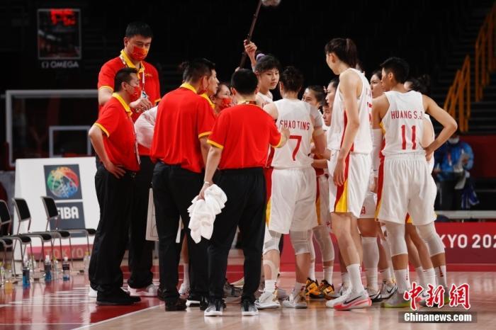 当地时间8月4日,中国队主教练许利民等布置战术。当日,在东京奥运会女子篮球1/4决赛中,中国女篮70:77不敌塞尔维亚女篮,止步八强。<a target='_blank' href='http://meiqiglass.com/'>中新社</a>记者 韩海丹 摄