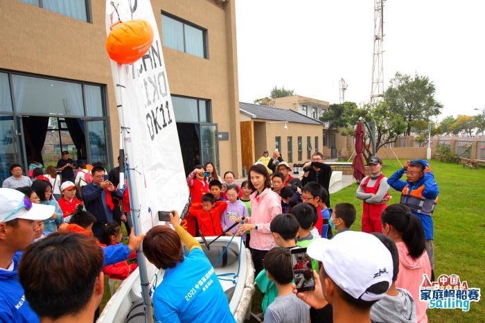 徐莉佳和选手分享心得。中国帆船帆板运动协会供图