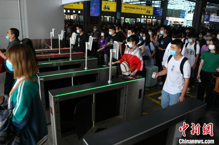 资料图:10月1日,旅客在昆明站排队进站。 刘冉阳 摄