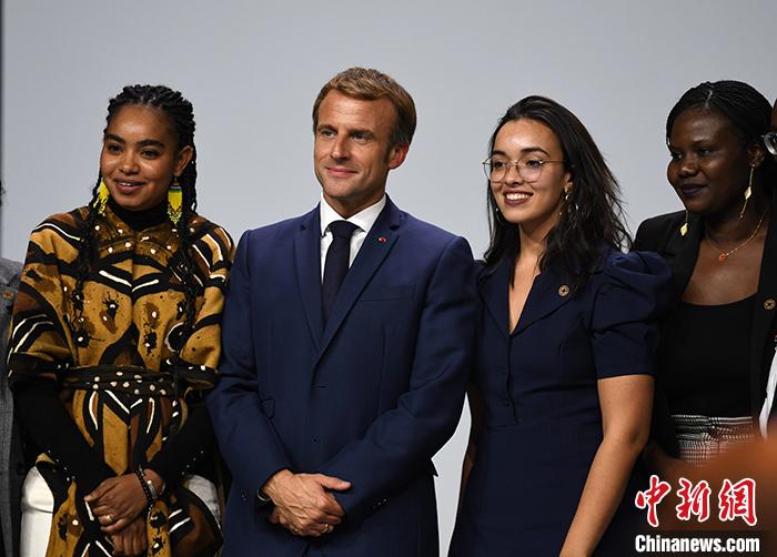 当地时间10月8日,2021年法国-非洲峰会在法国南部城市蒙彼利埃举行,法国总统马克龙(左二)出席峰会,和青年代表合影。 <a target='_blank' href='http://bipolarintervention.com/'>中新社</a>记者 李洋 摄