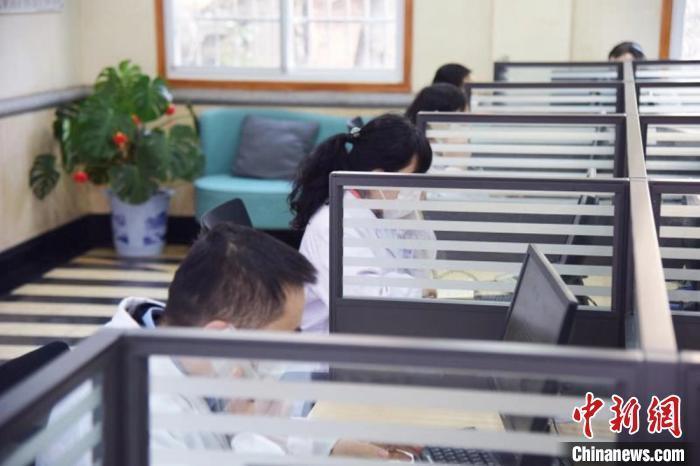 资料图:湖南省精神医学中心向全国开通新冠肺炎心理咨询服务。 付敬懿 摄