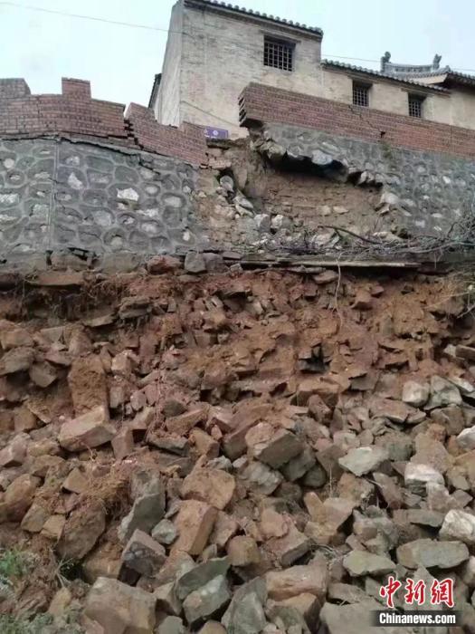 山西晋城市市级文物保护单位大夫街土地庙护墙坍塌。国家文物局供图