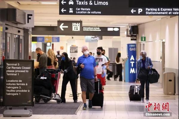 资料图:当地时间8月9日,入境加拿大旅客准备走出航站楼。<a target='_blank' href='http://www.chinanews.com/'>中新社</a>记者余瑞冬摄