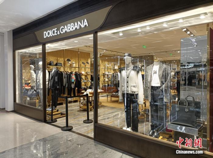 杜嘉班纳位于北京SKP商场的门店,有顾客正在挑选衣服。 左雨晴 摄