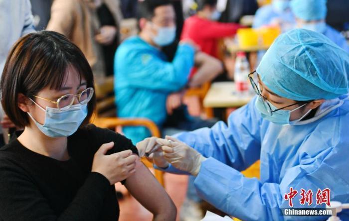 资料图:市民在接种疫苗。中新社发 袁云 摄