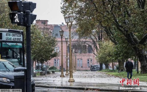资料图:当地时间5月22日,阿根廷布宜诺斯艾利斯,一名男子从空旷的广场上走过。