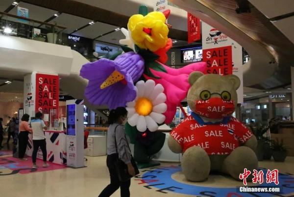 资料图:当地时间9月1日,泰国曼谷一大型商场重新开门迎客。