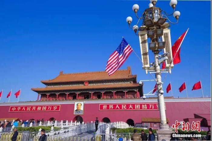资料图:北京天安门前悬挂起中美两国国旗。 中新社记者 贾天勇 摄
