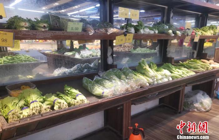 北京西城区某超市的蔬菜价格。 中新网记者 谢艺观 摄