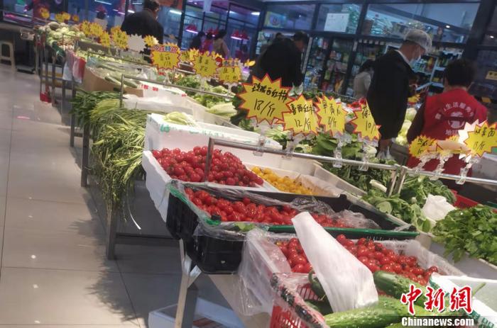 北京西城区某菜市场的蔬菜价格。 中新网记者 谢艺观 摄