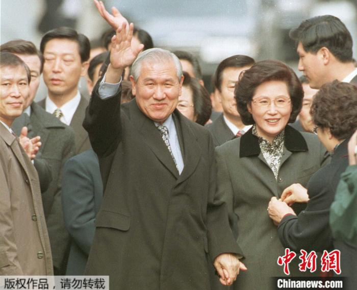 1997年12月,卢泰愚被特别赦免获释后,在妻子金玉淑陪伴下,向支持者和邻居们挥手致意。