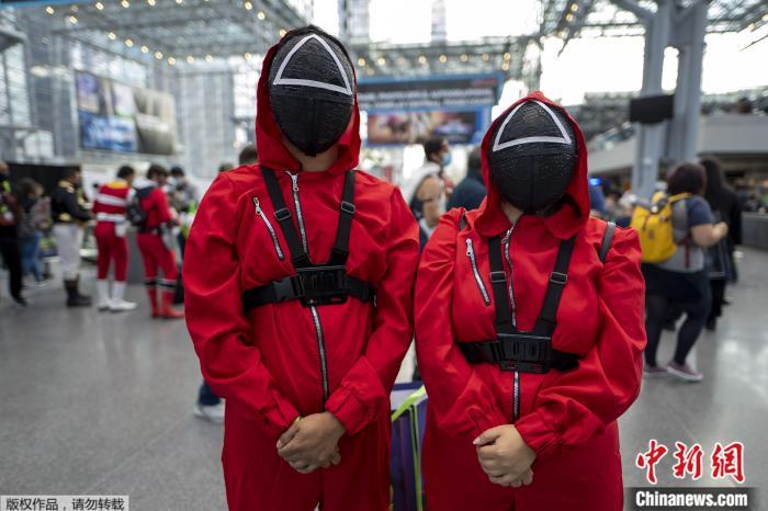 2021年10月8日,美国纽约雅各布·k·贾维茨会议中心,出席纽约动漫展的人装扮成《鱿鱼游戏》中的角色摆造型。
