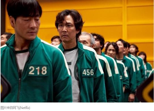 韩国电视剧《鱿鱼游戏》中,角色身穿绿色运动服画面。图片来源:韩国《中央日报》报道截图。