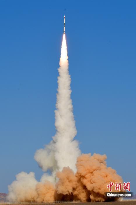 北京时间10月27日14时19分,中国在酒泉卫星发射中心用快舟一号甲运载火箭,成功将吉林一号高分02F卫星发射升空。汪江波 摄